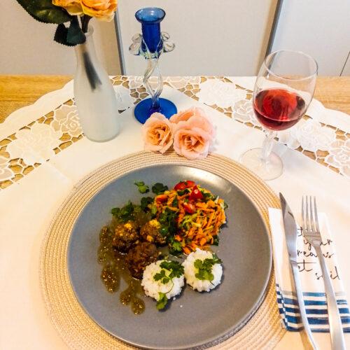 Feta-Hackfleischbällchen mit Zitronenreis und Paprika-Gurken Salat
